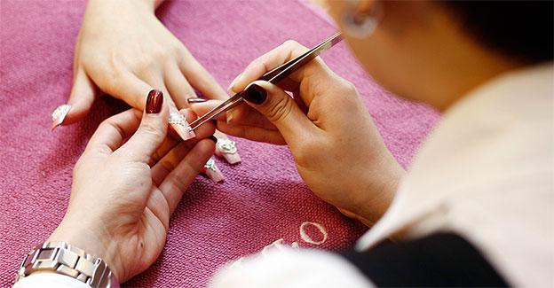 manicure fazendo unhas acrigel